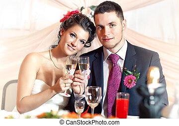 Una joven pareja de bodas
