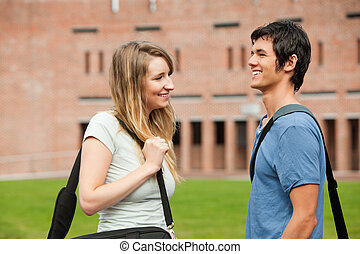 Una joven pareja de estudiantes coqueteando