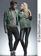 Una joven pareja de moda sosteniéndose