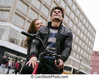 Una joven pareja enamorada en bicicleta