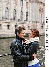 Una joven pareja enamorada en la ciudad