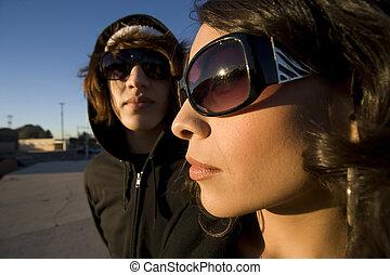 Una joven pareja hispana