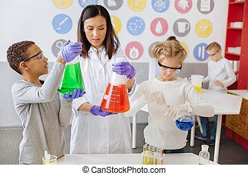 Una joven profesora revisando los resultados de sus experimentos químicos