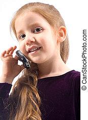 Una joven que habla por teléfono y sonríe