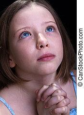 Una joven que reza y llora