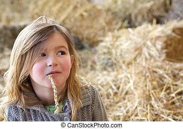 Una joven relajada en la granja