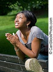 Una joven rezando