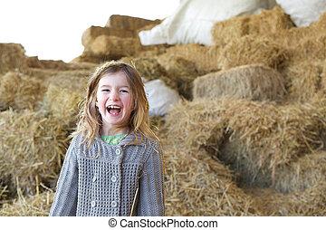 Una joven riéndose en la granja