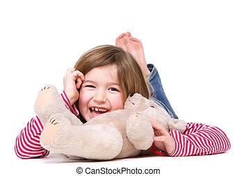 Una joven riendo con osito de peluche