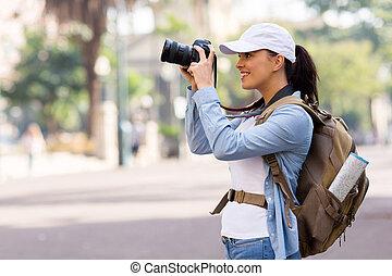 Una joven turista tomando fotos