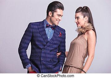 Una joven y feliz pareja de moda mirándose