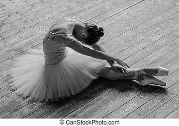 Una joven y hermosa bailarina posando en el estudio