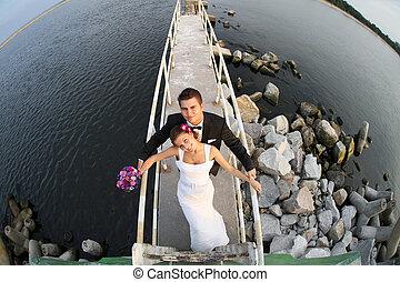 Una joven y hermosa pareja casada junto al mar