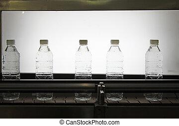 Una línea de producción de agua mineral
