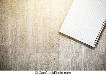 Una libreta en blanco sobre madera
