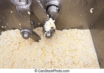 Una máquina de producción de queso