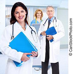 Una médica sonriente con estetoscopio.