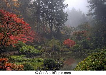 Una mañana de niebla en el jardín japonés en otoño