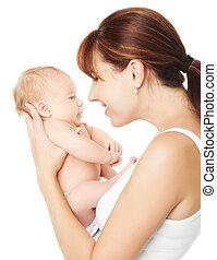 Una madre feliz sosteniendo un bebé recién nacido sobre un fondo blanco