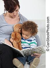 Una madre leyendo a su hijo.