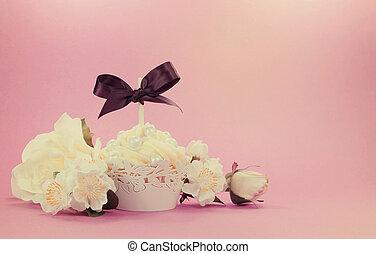 Una magdalena blanca de estilo antiguo con decoración floral con estilo retro para el Día de la Madre, Boda, Ducha de la novia, o cumpleaños femenino.