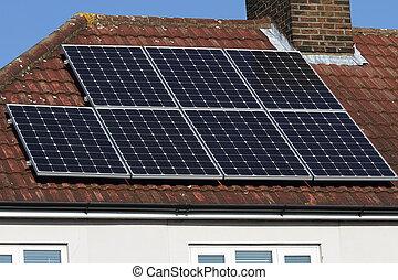 Una matriz de paneles fotovoltaicos solares