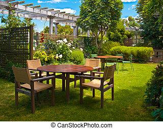 Una mesa de comedor en un jardín exuberante