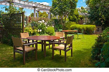 Una mesa de comedor en un lujoso jardín de paisajes