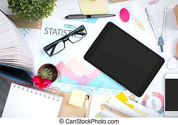 Una mesa de oficina desordenada con tecnología