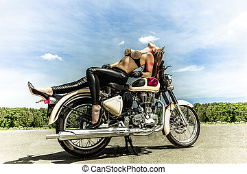 Una motociclista en motocicleta