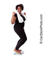 Una mujer afroamericana animando a escala, gente africana