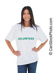 Una mujer alegre con una camiseta voluntaria