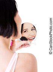 Una mujer atractiva maquillada.