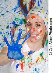 Una mujer atractiva pintando