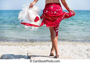 Una mujer camina por la playa