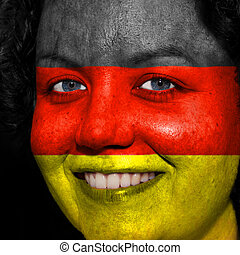 Una mujer con bandera pintada en la cara para mostrar apoyo alemán