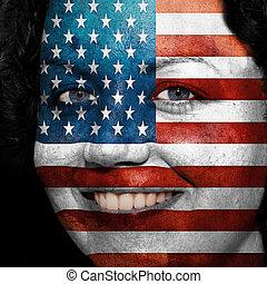 Una mujer con bandera pintada en la cara para mostrar apoyo de EE.UU