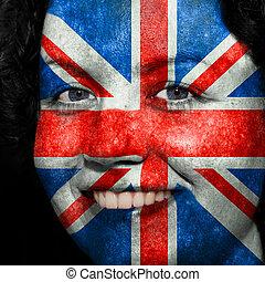 Una mujer con bandera pintada en la cara para mostrar el apoyo del Reino Unido