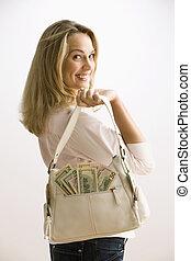 Una mujer con dinero en efectivo