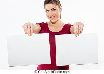 Una mujer con dos papeles blancos