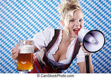 Una mujer con megáfono