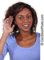 Una mujer con problemas auditivos.