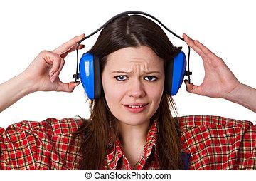 Una mujer con protección auditiva