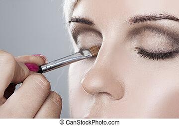 Una mujer con su maquillaje aplicado