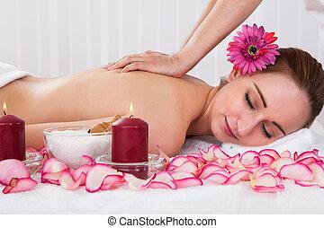 Una mujer con tratamiento de spa