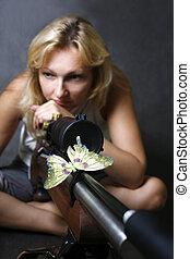 Una mujer con un arma