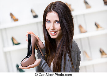 Una mujer con un zapato color café