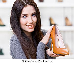 Una mujer con zapatos de tacón marrón