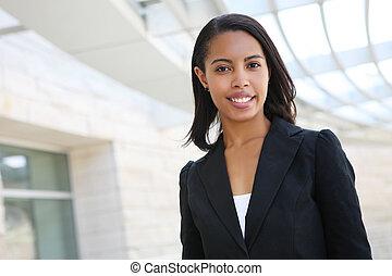 Una mujer de negocios americana muy africana