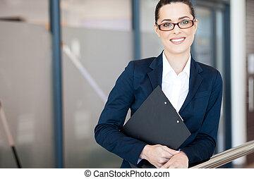 Una mujer de negocios atractiva